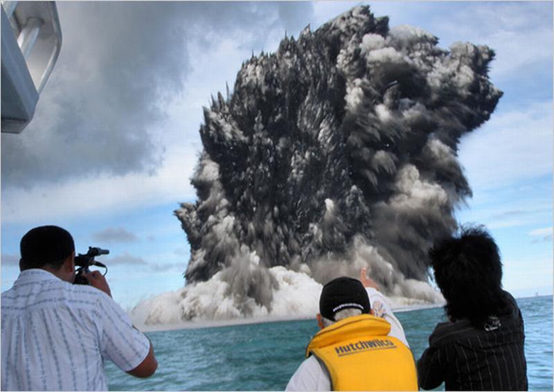 انفجار بركاني تحت البحر 75485858