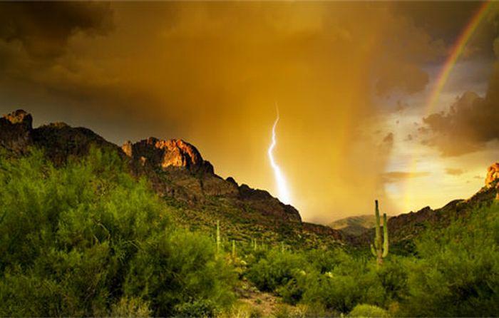 البرق خلف الجبل Lightning-superstion-mountains