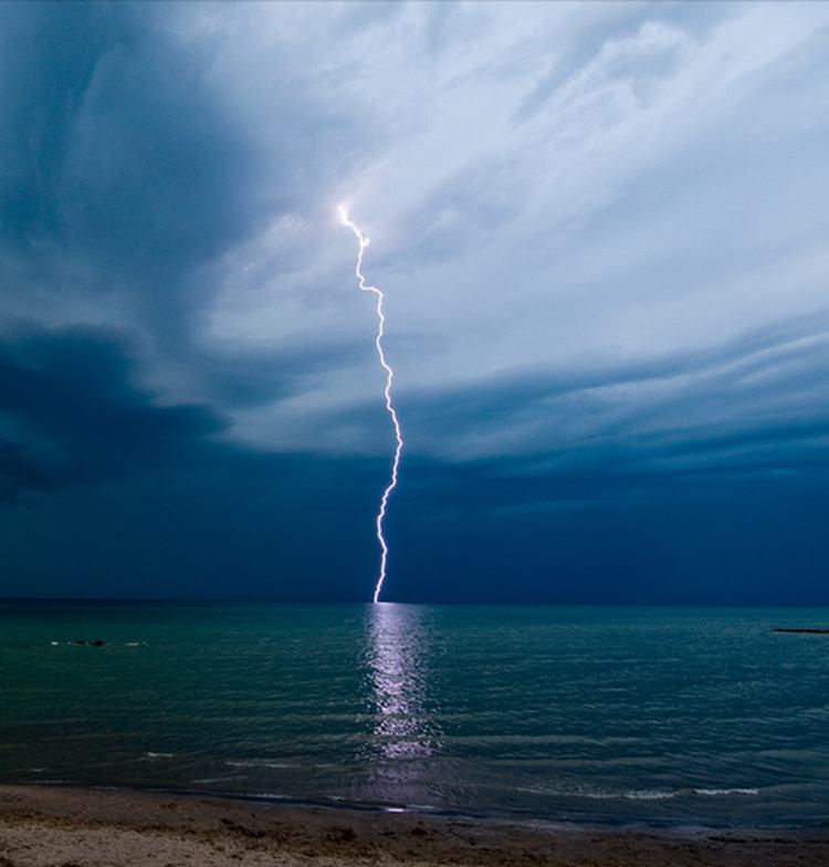 Des nuées éclatant en pluie !  Lightning-thunder-dark