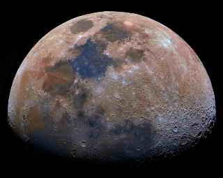 القمر كان مشتعلاً ثم انطفأ Moon_colors_2005-04-