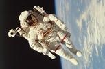 Η σφαιρικη γη Space_man_000