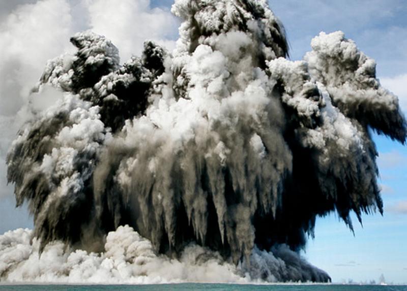 انفجار بركاني تحت البحر Volcanic-eruption