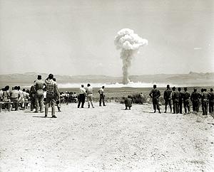 L'OR NOIR DES HOPIS La fin d'un monde Small_boy_nuclear_test_1962