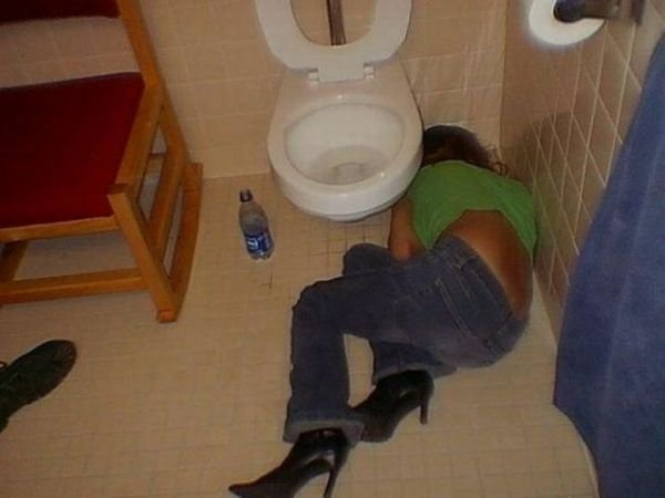 Bolje biti pijan nego star - pijanstvo i alkohol u fotografiji! :D - Page 2 1317007666_drunk_girls_02-1
