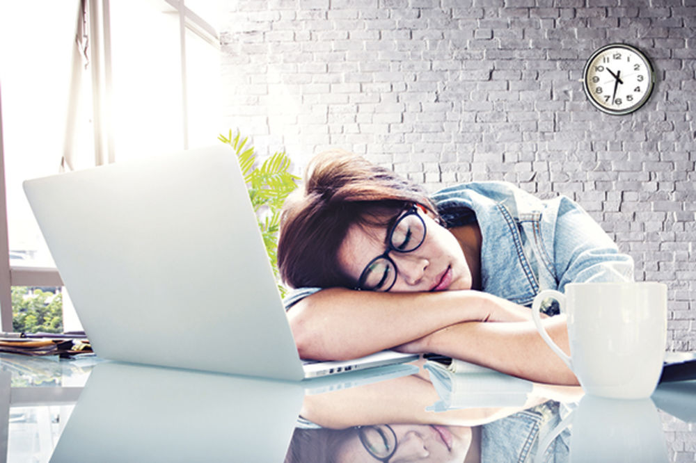 Što misliš da sada radi osoba iznad prikaži slikom - Page 18 750177_spavanje-nesanica-posao-stres-devojka-spava_ls