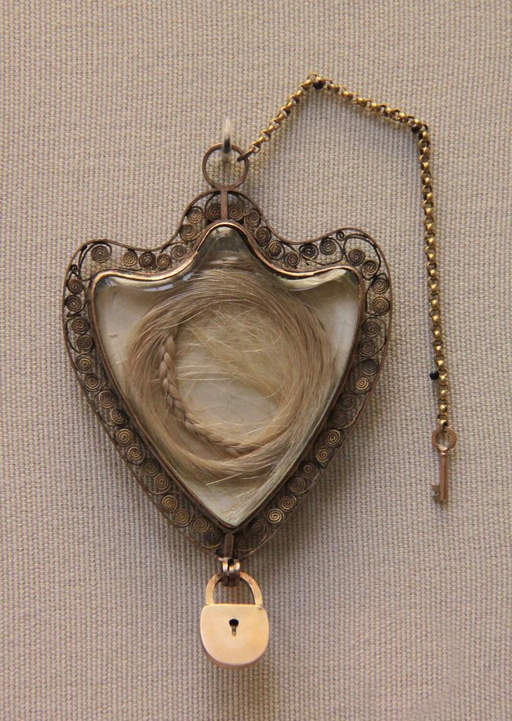 Les cheveux de Marie-Antoinette Cheveux-marie-antoinette-pendentif