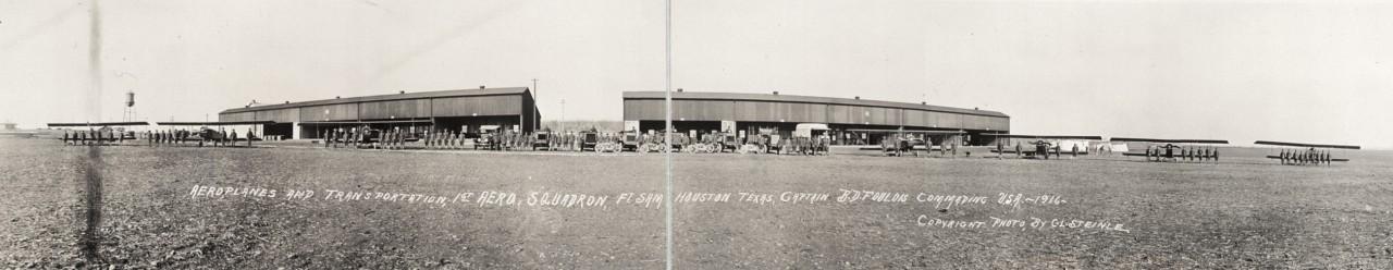 Des photos panoramiques anciennes de véhicules (Reportage photo) By Laboiteverte 04-Aeroplanes-and-transportation-1st-Aero-Squadron-Ft-Sam-Houston-Texas-Captain-B-D-Foulois-commanding-1280x248