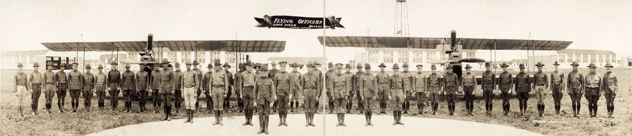 Des photos panoramiques anciennes de véhicules (Reportage photo) By Laboiteverte 19-Flying-officers-Love-Field-Dallas-Tex-1918-1280x276