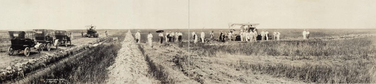 Des photos panoramiques anciennes de véhicules (Reportage photo) By Laboiteverte 21-Gasoline-plow-gasoline-road-machine-working-on-reclaimed-prairie-1912-1280x288