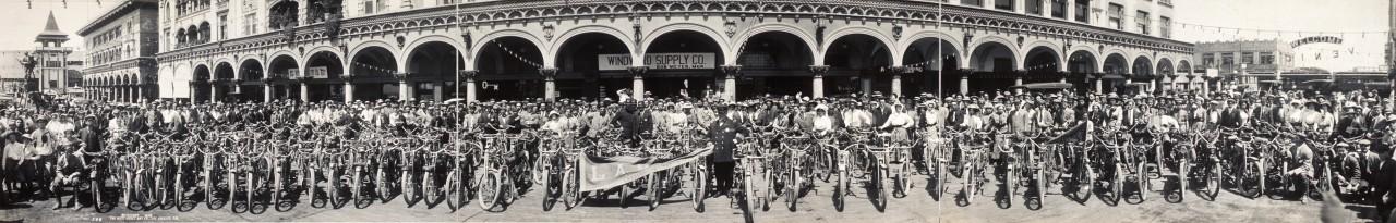 Des photos panoramiques anciennes de véhicules (Reportage photo) By Laboiteverte 28-Motorcycles-at-Venice-Calif-1910-1280x205
