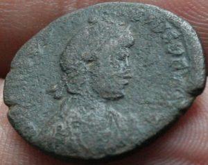 Decargiro de Teodosio I. GLORIA ROMANORVM Maiorina-Honorio-8-300x238