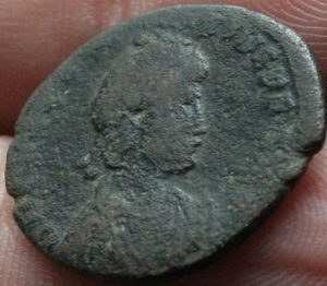 Decargiro de Teodosio I. GLORIA ROMANORVM Maiorina-Honorio-9-300x262