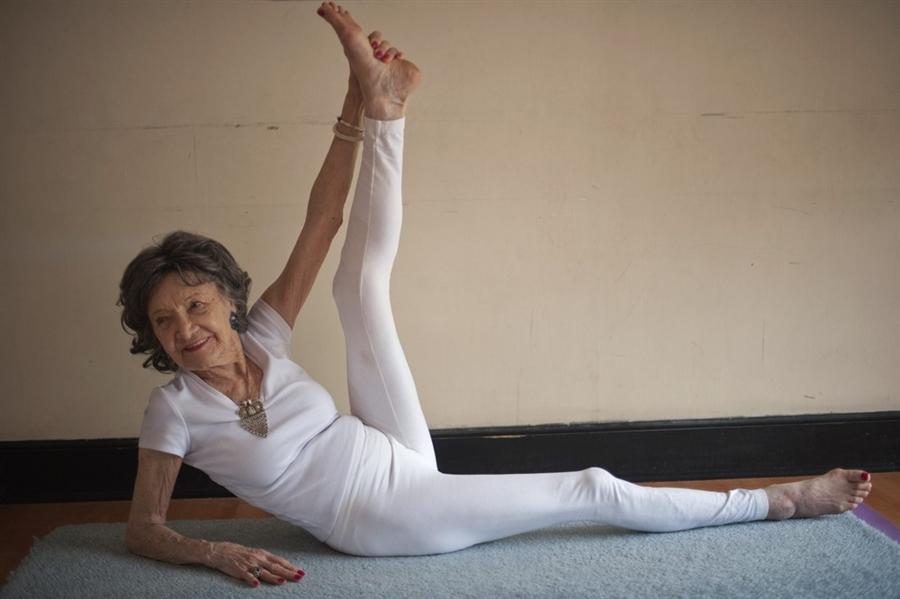 93-vjeçarja, mësuesja më e vjetër e jogas Tao-porchon-lynch-93-oldest-yogi