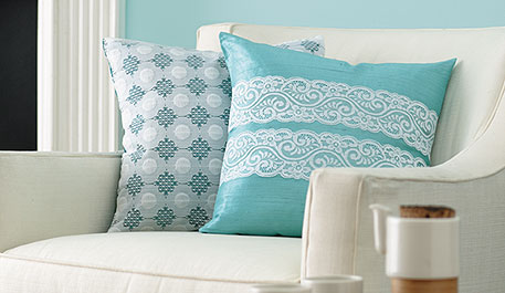 اضيفي لمساتك ... لمخداتك  125727d1342167266-a-beautiful-blue-lace-pillows-armchair