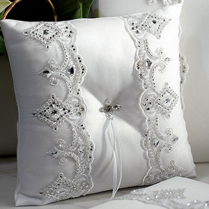 اضيفي لمساتك ... لمخداتك  125731d1342167420-a-beverly-clark-royal-lace-collection-ring-pillow