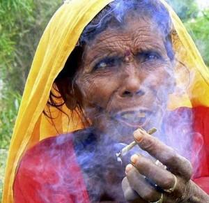 ¿Pero qué pasa con los Mensajes Privados, que no furulan? - Página 2 India_fumando_porro-300x291