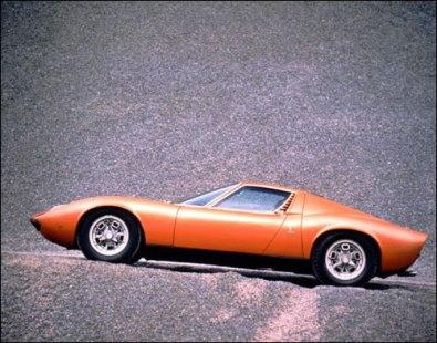un'auto sull'astronave di noé Lamborghini-miura-p400-s