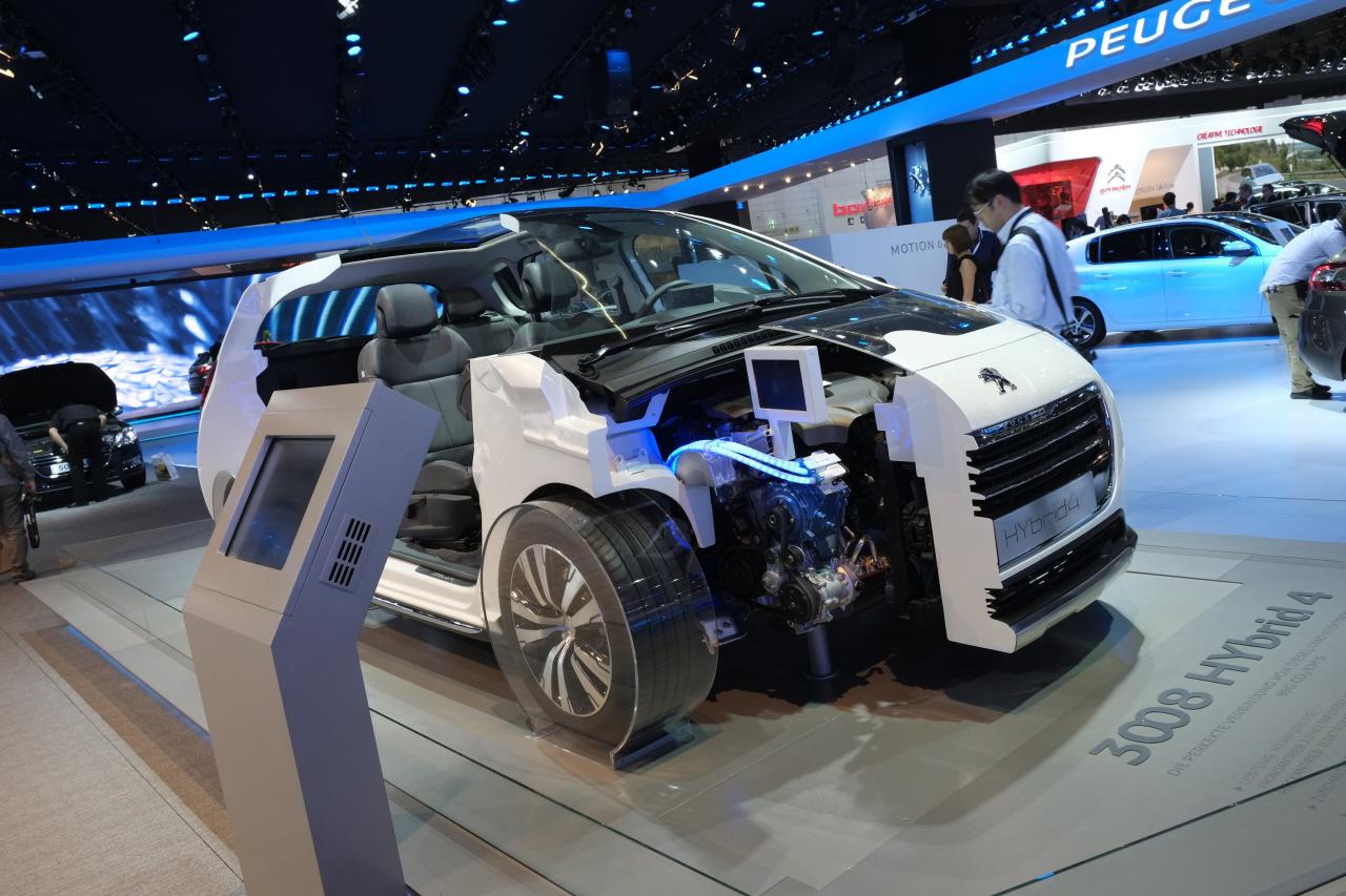 [INFORMATION] PSA: Les nouvelles technologies - Page 2 PSA-Hybrid4-diesel-arret-carlos-tavares_2