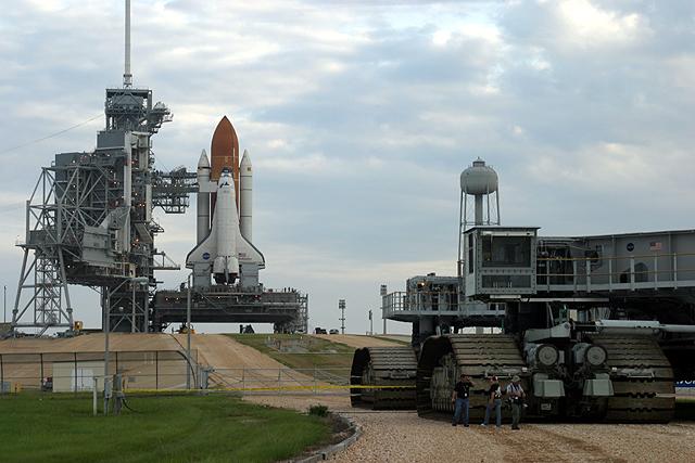 Transports de lanceurs... roues ou rails pourquoi autant de différence ? STS-118_rollout_17
