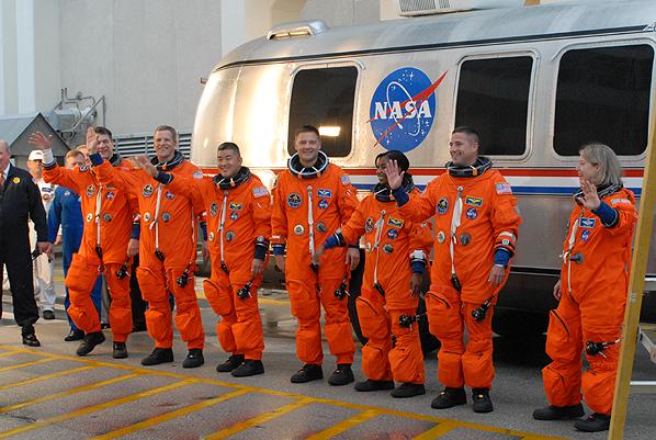 STS 120: la mission - Page 5 STS-120_walkout_2