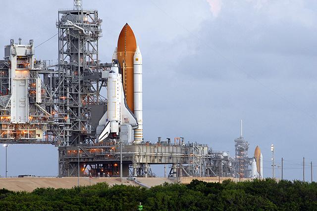 [STS-126] Endeavour : préparatifs (lancement le 14/11/2008) - Page 2 STS-125_126_two_shuttles_3