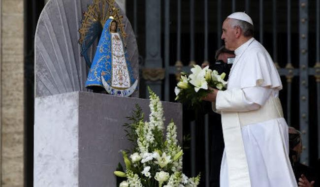 Une minute avec Marie, http://www.uneminuteavecmarie.com - Page 2 42784_pape-francois-vierge-marie