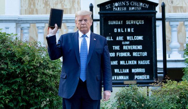 Diverses opinions au sujet de Donald Trump 106641_donald-trump-bible-brandie-saint-john-eglise-episcopalienne-washington