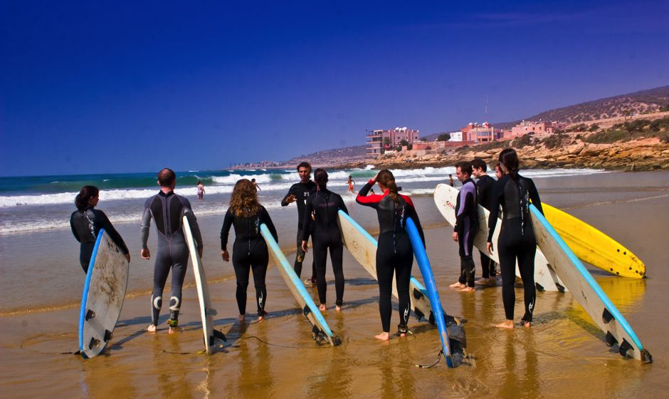 Maroko - Page 5 Surfing_class_on_the_beach_in_taghazoute_sufingvillage_morocco_0