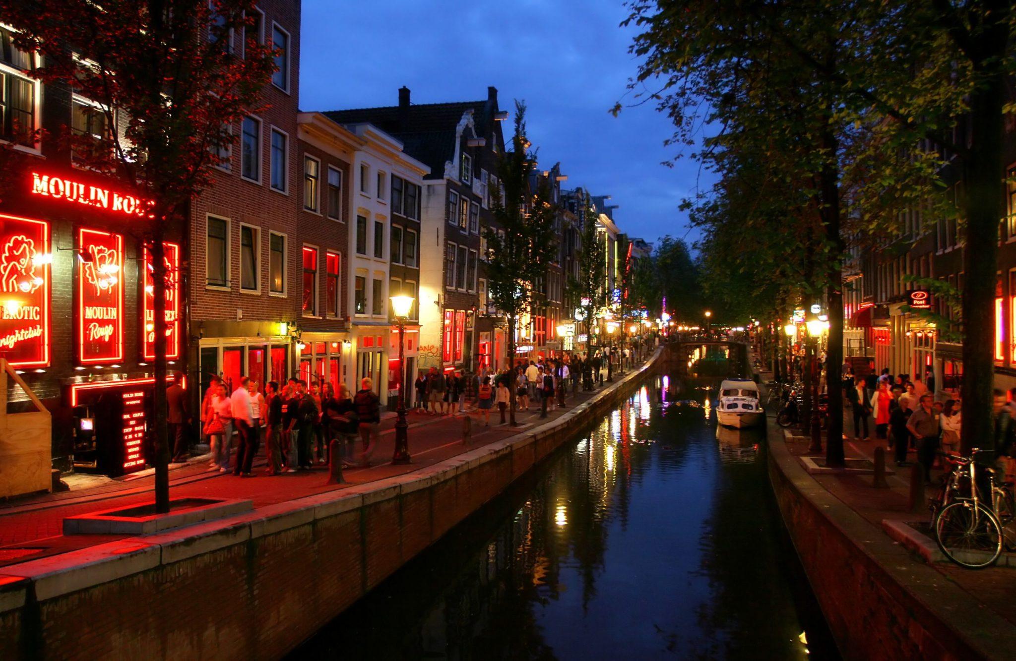 Holandija Red-Light-District-at-evening-in-Amsterdam-Holland