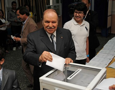 Actualités Algeriennes - Page 20 Abdelaziz_Bouteflika_casts_his_ballot_in_May_10ths_2012_legislative_election-370x290