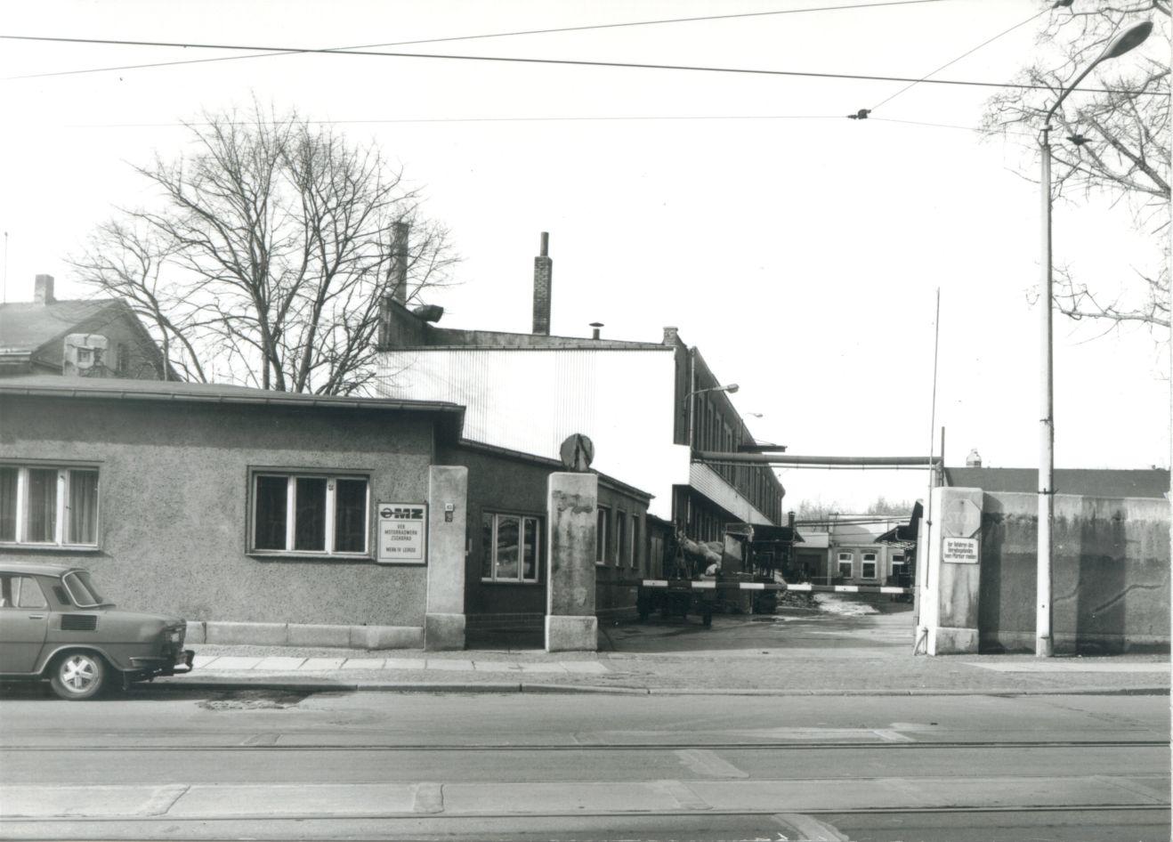 """MZ 250 """"Irak"""" Fahrzeugbau-Stoye-Leipzig-Einfahrt-Werk-IV-ca.-1972"""