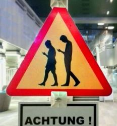 Smombie, le nouveau danger qui terrifie les motos Smombie-danger-accident-route