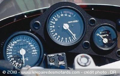 La Honda RC 30, sa vie, son œuvre Honda-rc-30-histoire-tableau-bord