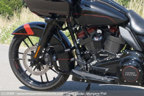 Essai Harley-Davidson Road Glide CVO 117 dans Le Repaire Repose-pied-harley-davidson-road-glide-cvo-117