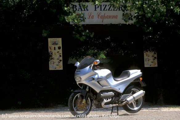 Essai moto Morbidelli 850 V8 Morbidelli-v8-850-statique-restaurant