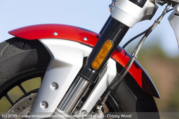 Essai comparatif motos Triumph Rocket 3 R et GT Fourche-triumph-rocket-3-r