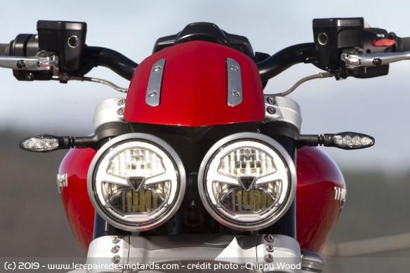 Essai comparatif motos Triumph Rocket 3 R et GT Phare-triumph-rocket-3-r