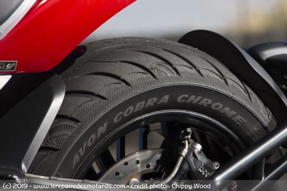Essai comparatif motos Triumph Rocket 3 R et GT Pneus-triumph-rocket-3-r-gt