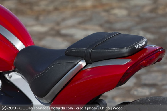 Essai comparatif motos Triumph Rocket 3 R et GT Selle-triumph-rocket-3-r
