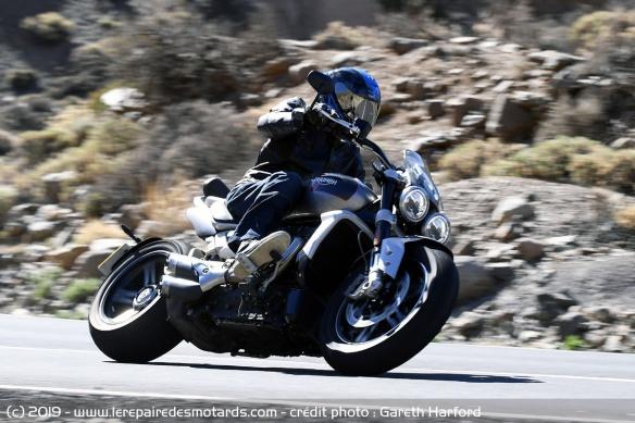 Essai comparatif motos Triumph Rocket 3 R et GT Triumph-rocket-3-gt-courbe-gauche