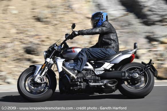 Essai comparatif motos Triumph Rocket 3 R et GT Triumph-rocket-3-gt-profil-route