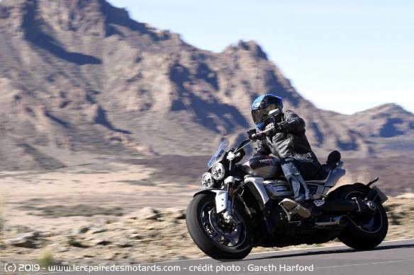 Essai comparatif motos Triumph Rocket 3 R et GT Triumph-rocket-3-gt-route-profil