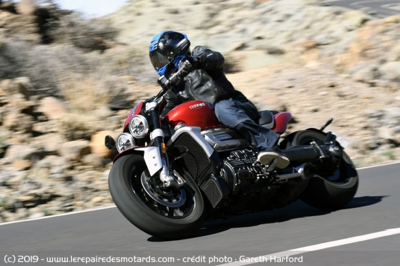 Essai comparatif motos Triumph Rocket 3 R et GT Triumph-rocket-3-r-route-virage