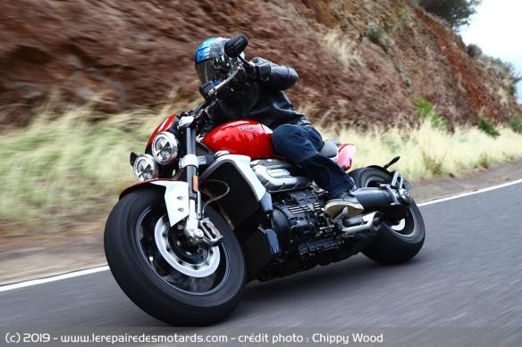 Essai comparatif motos Triumph Rocket 3 R et GT Triumph-rocket-3-r-virage-droite