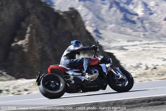 Essai comparatif motos Triumph Rocket 3 R et GT Triumph-rocket-3-r-virage-gauche
