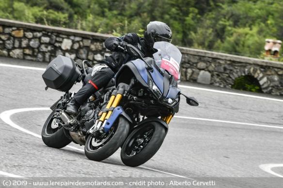 Découvrir la Yamaha 900 Niken GT - 2019 Moto-3-roues-yamaha-niken-gt-route-face-virage