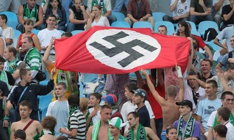 Affrontements en Ukraine : Ce qui est caché par les médias et les partis politiques pro-européens - Page 15 Nazi-flag-at-match-008