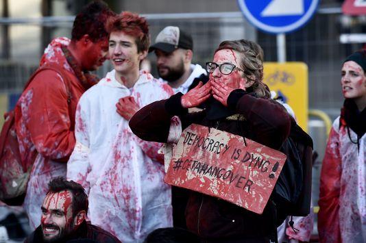 L'avenir incertain du CETA après la signature du traité, par Jean-Pierre Stroobants 5022718_6_267b_des-manifestants-devant-le-siege-du-conseil-de_ccd6f40154f21110c35d4e3fd7002852