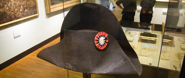 Le saviez-vous ? Le chapeau de Napoléon a été vendu en 2014 pour 1,9 million d'euros ! Napoleon-chapeau