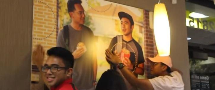 Le saviez-vous ? Deux amis ont accroché une fausse affiche d'eux-mêmes dans McDonald's ! 9aacc2a35b8eb93cb2a136ff32751a91